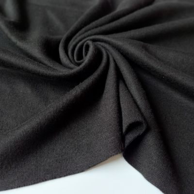 Juodas megztas trikotažas